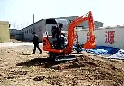 小型挖掘机平整场地视频