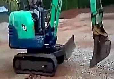 小型挖掘机热车挖掘