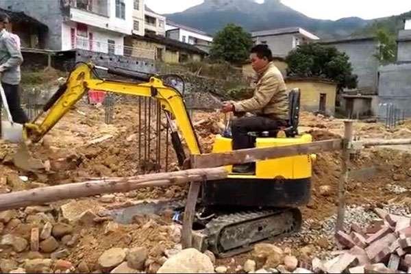 湖北客户采购三台小型挖掘机