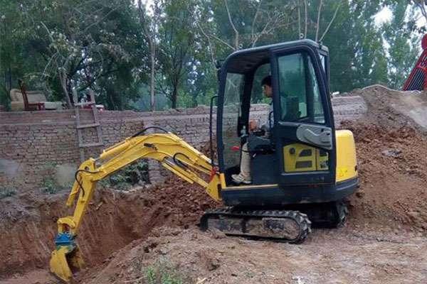 青海客户采购五台小型挖掘机